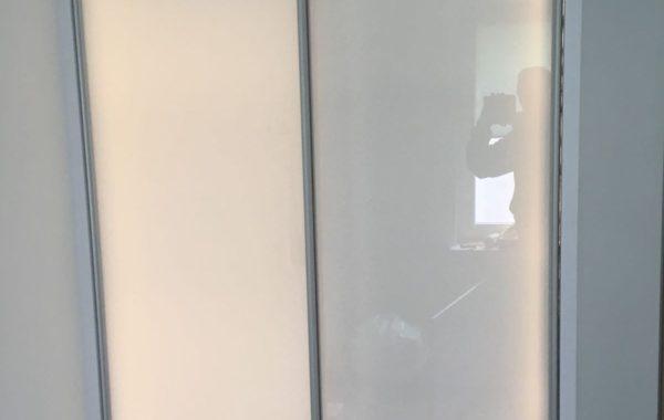 Szafa z drzwiami przesównymi i podświetleniem led